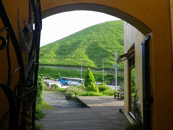 玄関から見る伊豆のシンボル大室山(国立天然記念物指定)