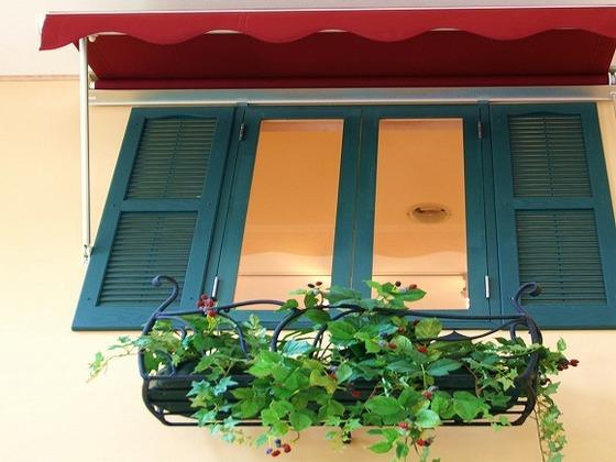 レストランの内装はウォーニングなど屋外のカフェをイメージ