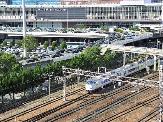 新大阪駅東口から徒歩4分。東口にはエレベーターがあります。