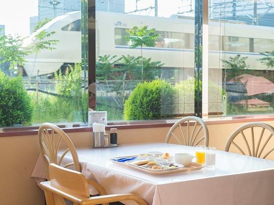レストランで電車を眺めながら食事をとることが出来ます。