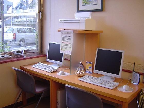 ロビーに自由に使えるパソコンが2台あります。
