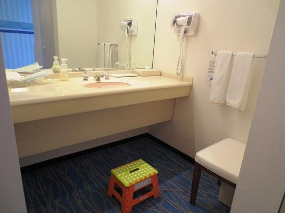 バスルームから独立した洗面台 踏み台をご用意