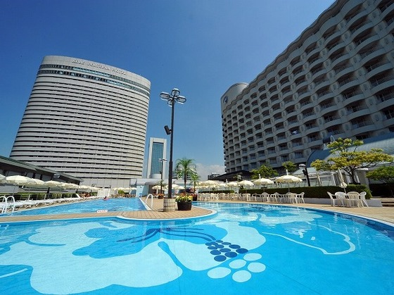 夏季限定屋外プールには水深約50cmのエリアもあり