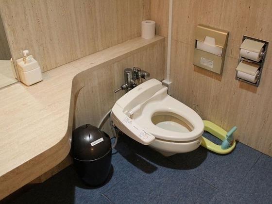 共用スペースのキッズ用トイレには補助便座・ステップも