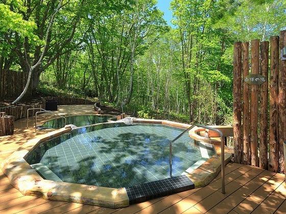 森林浴でリラックス!別棟露天風呂「凛楽」の「白樺の湯」