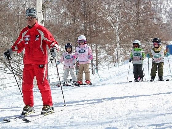 年齢、レベルに合わせたレッスンを行う「スキースクール」もあります