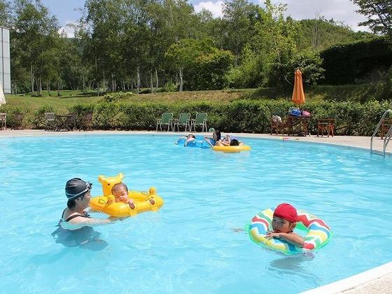 夏期限定「高原プール」は浮き輪などのレンタルも無料で設置