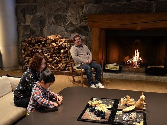ロビーの「暖炉」前で家族でくつろぐひと時を(冬は暖かな炎がともります)