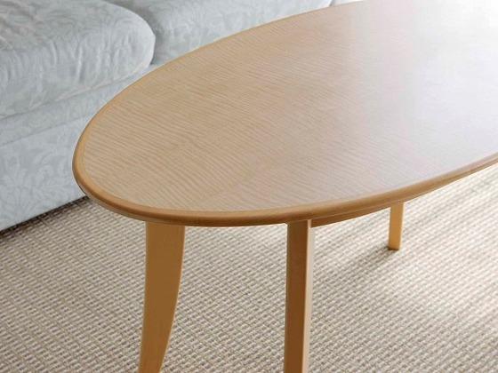 楕円形のティーテーブルなど角を丸くした家具を設置しています