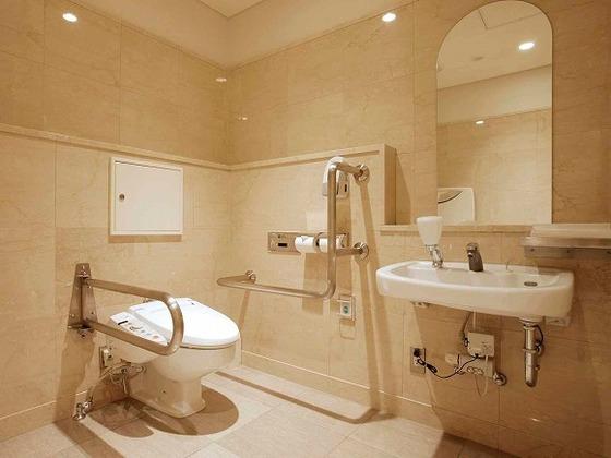 広いスペースの多目的トイレ。オムツ交換台も設置