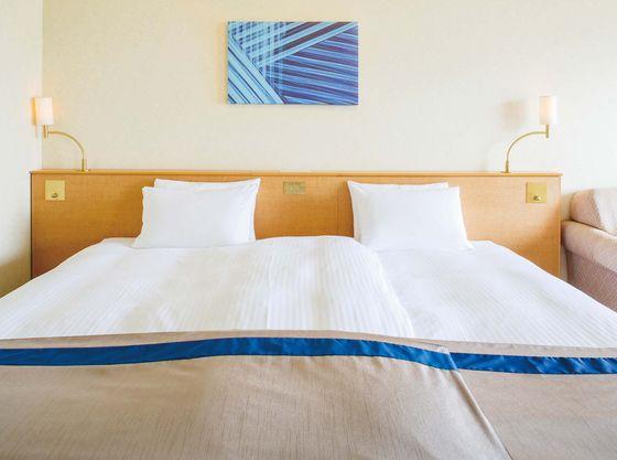 全てのお部屋でベッド2台をくっつけてご利用可能