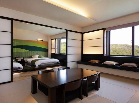 13.5畳の畳とベッドがある和洋室のフォレストスイート。広々しているので、3世代でのご利用にオススメ。