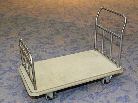 台車を御用意しております。スタッフがお部屋までお運び致します。