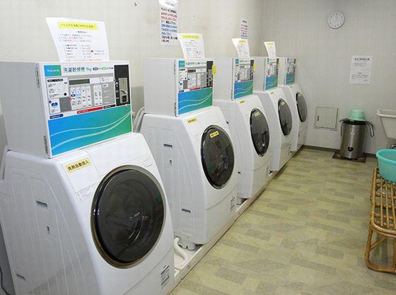 地下1階のコインランドリーには全自動洗濯機をご用意。