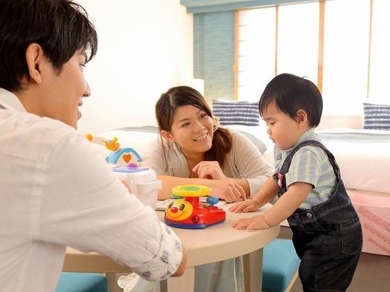 ママとパパとお部屋でおもちゃ遊び