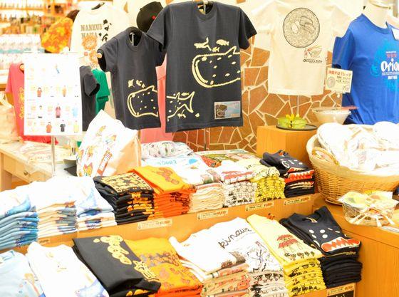 沖縄らしい柄のTシャツは親子でおそろい♪