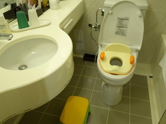 ベビールームのトイレには補助便座や踏み台をご用意