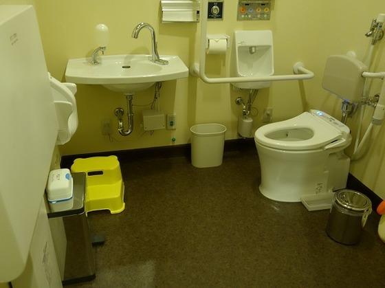 館内には多目的トイレもございます