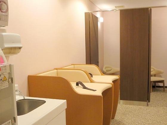 キッズルームには授乳室やおむつ交換台も併設しています