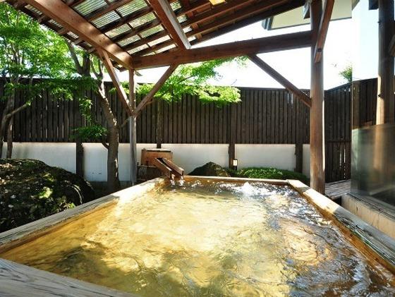 木々に囲まれた露天風呂・まさに癒しの空間です。