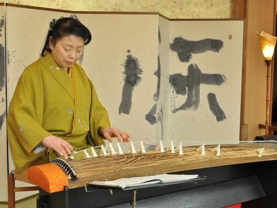 5時から6時半まで演奏されるお琴の生演奏で癒されてください。