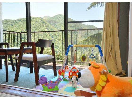 窓からみえる珍しい「ヒマラヤ杉」や湯沢の街が見下ろせる最高のロケーション