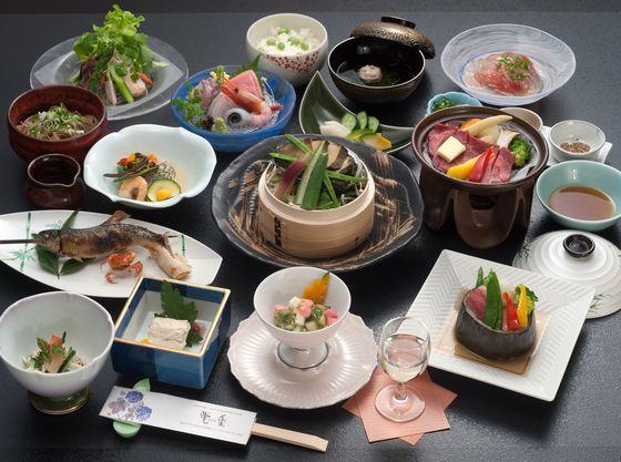 温泉内湯付き客室 妙風の間 月膳コースをご用意致します  一般客室 野菊の間 花膳コースをご用意致します