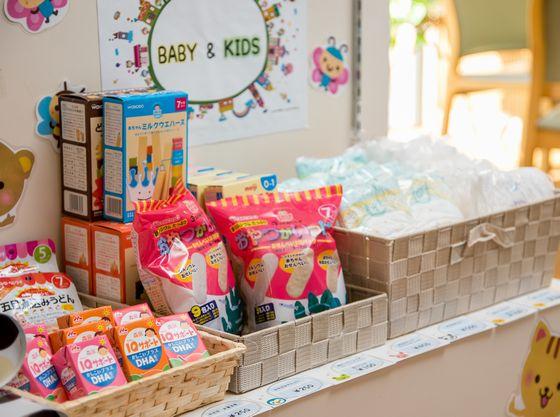 1階売店にはBABY&KIDSコーナーを設置。オムツやお菓子を置いてます。