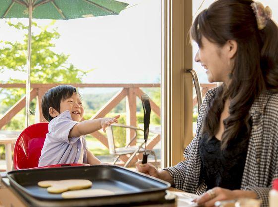 高原ビューで開放感のある明るいレストランで楽しい朝食を