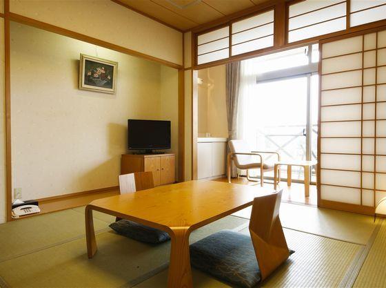 8畳と12畳の和室もあります。(お風呂は大浴場を利用)