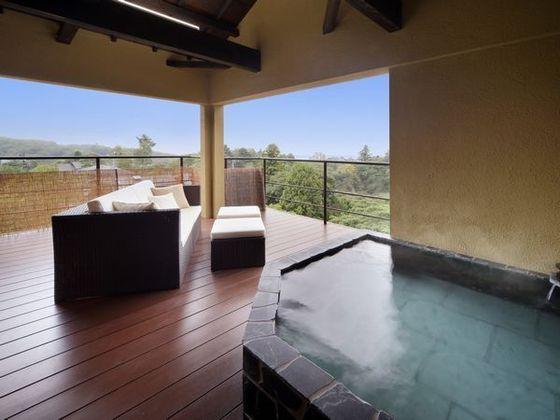客室「ぼたん」の露天風呂からは、晴れれば伊豆大島を望みます
