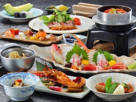 夕食の懐石料理一例 伊豆山海の幸が並びます