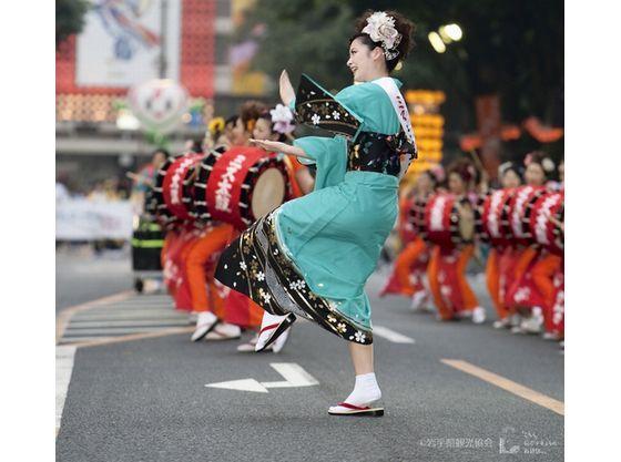 盛岡の夏の風物詩さんさ踊り。世界一の和太鼓のパレードが見応え。