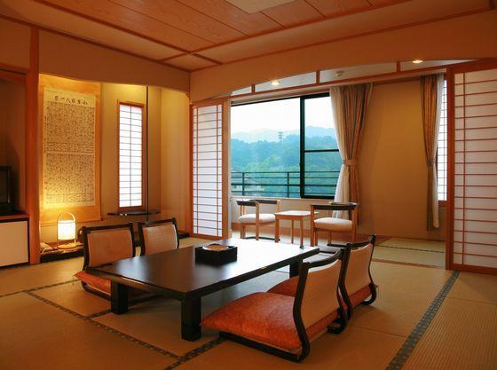 昼神温泉が一望できる落ち着いた雰囲気の客室