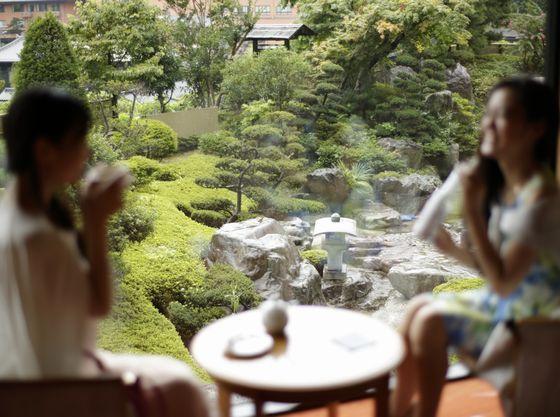 カフェでは大庭園を眺めながらひと休み
