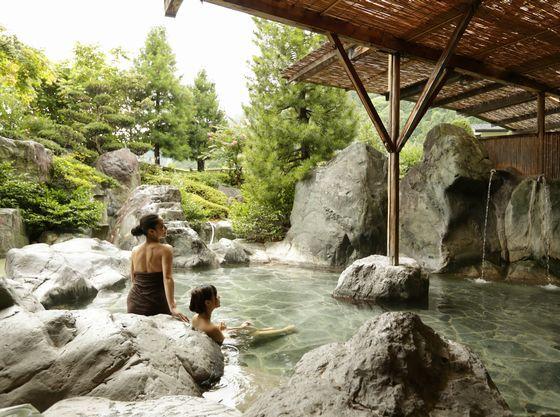 大岩を配した庭園露天風呂はとても開放的!