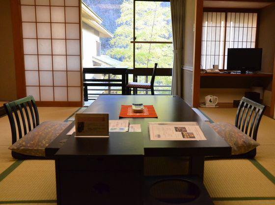 窓側の広縁には大き目のテーブルを設置しております。