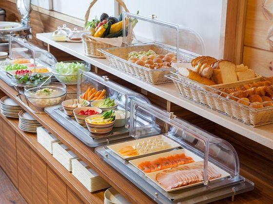 ご朝食は、地元素材を中心に厳選した日替わりブッフェを用意。