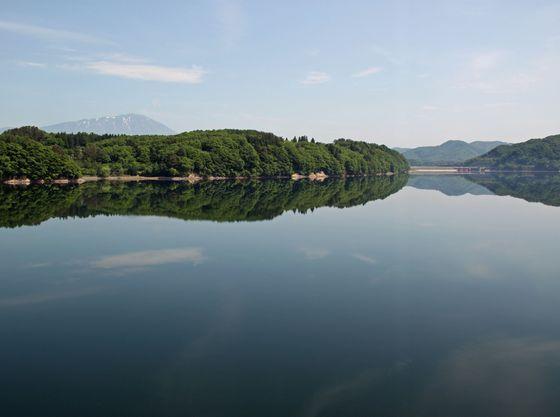 御所湖大橋中央より撮影の御所湖と岩手山
