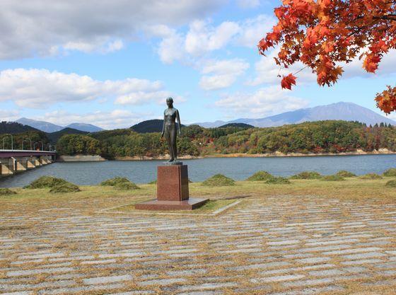 秋の御所湖大橋たもとのシオンの像