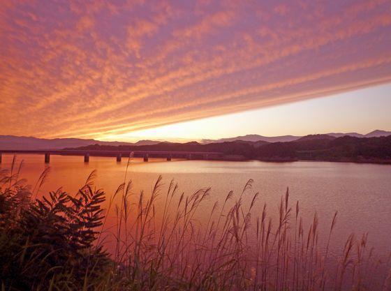 秋の御所湖の夕暮れ