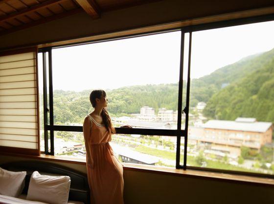 純和室の客室からは風情のある昼神温泉郷が一望