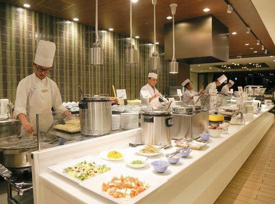 自慢のライブキッチン料理各種。人気のお寿司やステーキ。