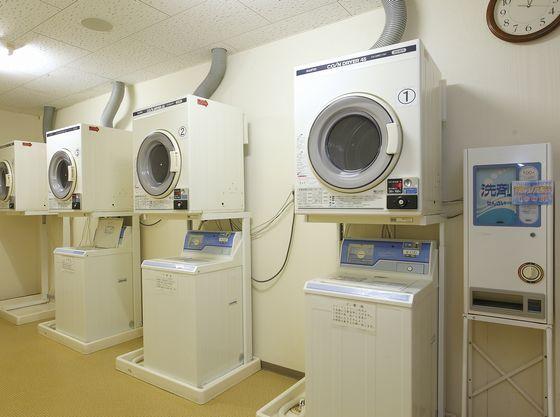 1F大浴場近くに洗濯機を用意しております。