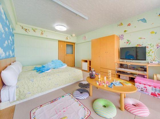 オムツ用ゴミ箱、キッズ用ステップ台、角を丸くした家具やコンセントガードなど、小さなお子様に配慮。