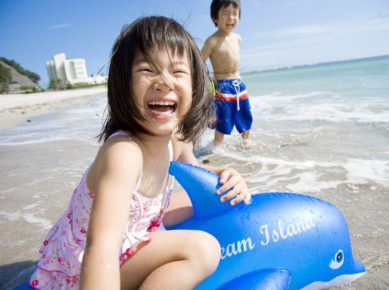ホテルより徒歩約2分の城崎海水浴場。ホテルで水着に着替えて直行出来ます。