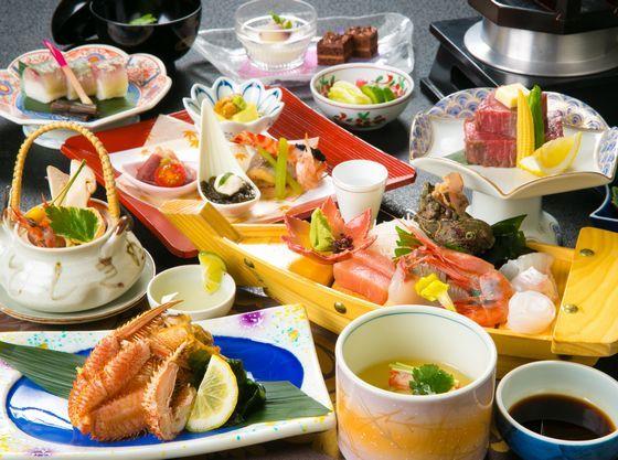 加賀は海・山・川・大地の恵みが揃う料理人の腕が鳴る好立地。お部屋食でご家族でのんびり。