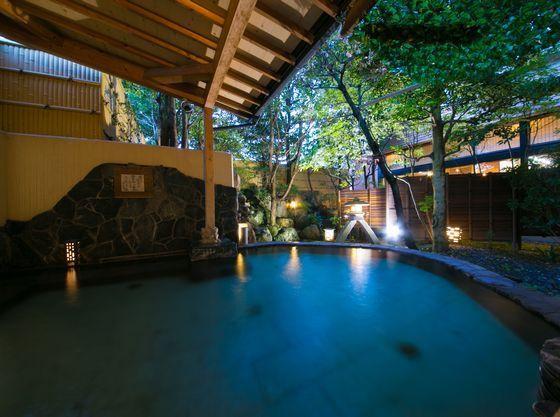 四季の庭と滝の流れる音を楽しむ1Fの岩露天風呂。朝・夕で男女入れ替え。