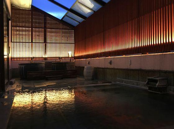 2F露天はべんがら格子と間接照明に囲まれた幻想的な雰囲気。