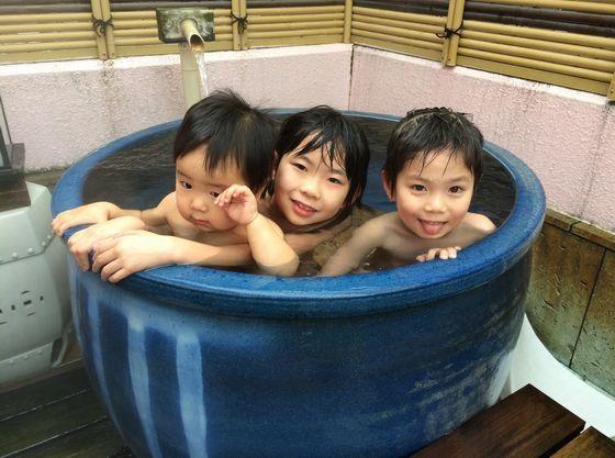2F露天の壷の湯は少しぬるめの設定で小さな子供に大人気。